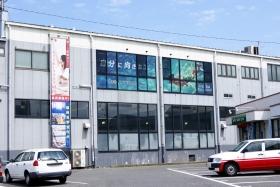 レイスポーツクラブ岡山の2階にシースルーグラフィクスを施工
