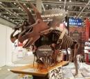 机の上に載った恐竜